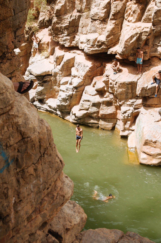 Игорь прыгает в озеро в Райской долине