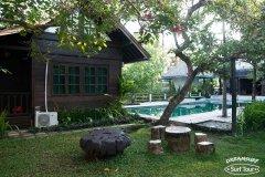 Вид на бунгало и бассейн